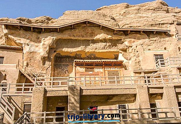 敦煌と嘉ug関を訪問:莫高窟、万里の長城の西端とラクダトレッキング